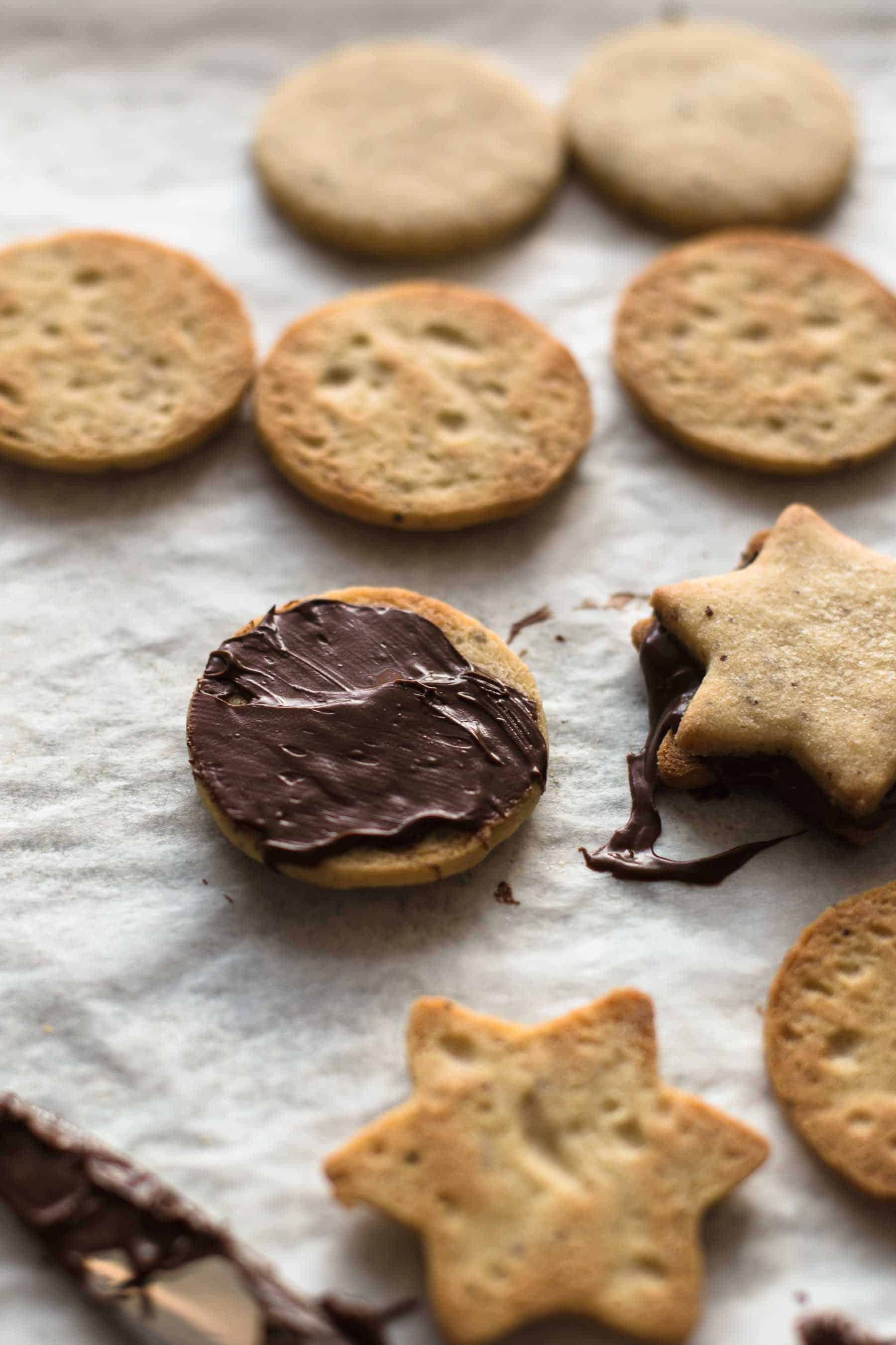Baked hazelnut cookies with chocolate spread