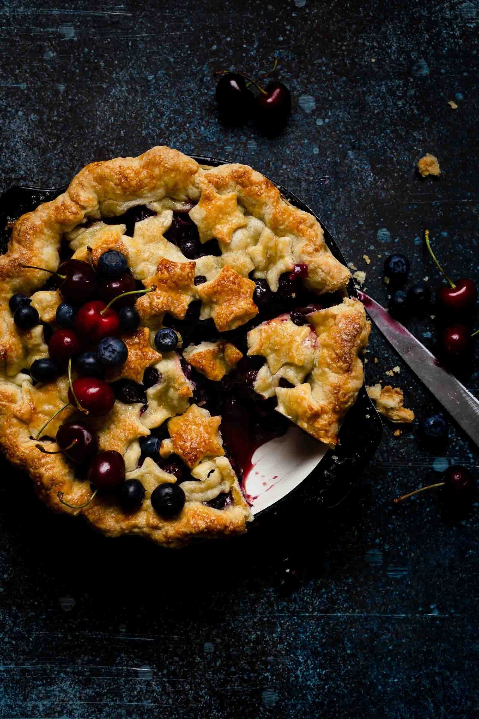 slicing blueberry pie