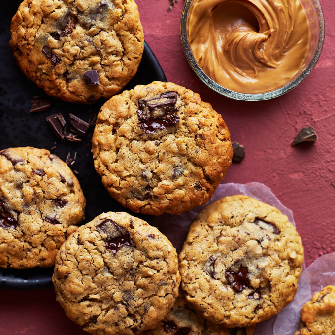 A half dozen cookies on a black plate